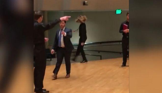 Βίντεο: Επική τούμπα μαθητή ενώ χόρευε