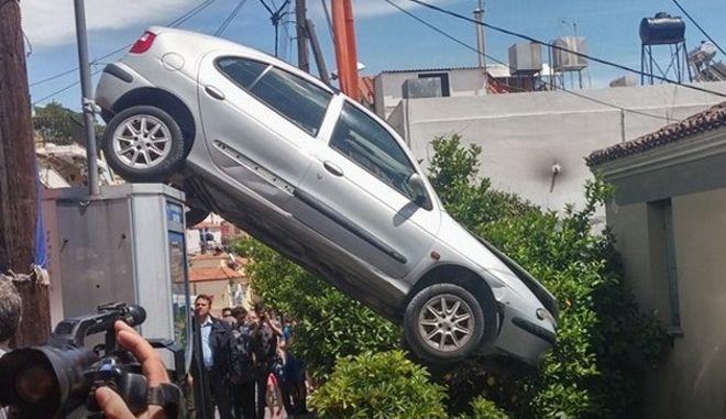 Αυτοκίνητο μπήκε σε αυλή σπιτιού στη Λέσβο