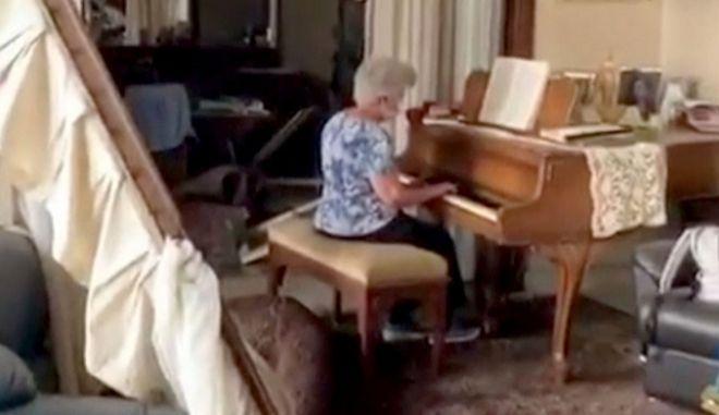 Συγκινητικό: Γυναίκα παίζει πιάνο ανάμεσα στη συντρίμμια των φονικών εκρήξεων στη Βηρυτό