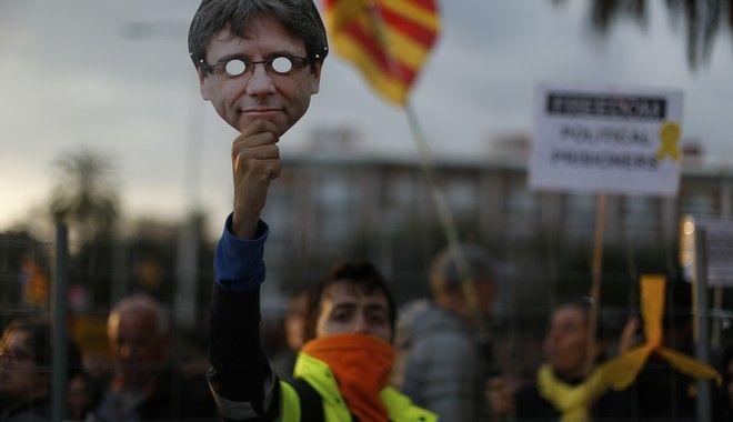 Επεισόδια στην Καταλονία μετά τη σύλληψη Πουτζντεμόν (AP Photo/Manu Fernandez)