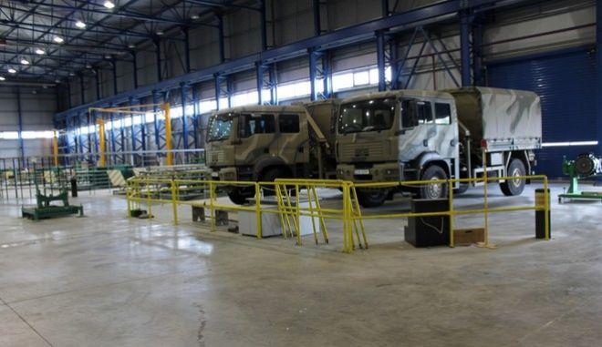 Την Ελληνική Βιομηχανία Οχημάτων (ΕΛΒΟ), επισκέφθηκε στο πλαίσιο της παραμονής του στη Θεσσαλονίκη, σήμερα Σάββατο 9 Μαΐου 2015, ο Αναπληρωτής Υπουργός Εθνικής Άμυνας, Κώστας Ήσυχος, ο οποίος τόνισε την ανάγκη η βιομηχανία αυτή να παραμείνει σε λειτουργία διατηρώντας το δημόσιο χαρακτήρα της. Η συγκεκριμένη μονάδα απασχολεί στο σύνολό της 340 εργαζόμενους και βρίσκεται σε καθεστώς ειδικής εκκαθάρισης από την προηγούμενη κυβέρνηση. Τον ΑΝΥΕΘΑ υποδέχθηκε το σύνολο των εργαζομένων, οι εκπρόσωποι του σωματείου, οι διευθυντές του εργοστασίου και οι βουλευτές της περιοχής της Θεσσαλονίκης Λίτσα Αμανατίδου και Δέσποινα Χαραλαμπίδου. Επισκέφθηκε τους χώρους του εργοστασίου, ιδιοκτησίας του ΥΠΕΘΑ, όπου ενημερώθηκε λεπτομερώς για τις παραγωγικές τους δυνατότητες και συνομίλησε με εργαζόμενους, οι οποίοι έθεσαν τα ζητήματα που αφορούν τους ίδιους αλλά και τη βιωσιμότητα και τις προοπτικές της εταιρείας. Ο ΑΝΥΕΘΑ τόνισε ότι το ΥΠΕΘΑ, θα προστατεύσει τα περιουσιακά του στοιχεία από την απαξίωση και τις βλέψεις ιδιωτικών συμφερόντων, επισημαίνοντας πως πρόκειται για τμήμα της αμυντικής βιομηχανίας της χώρας. Ανέφερε ακόμα πως βασικό κεφάλαιο της εταιρείας είναι οι ίδιοι οι εργαζόμενοι οι οποίοι με την τεχνογνωσία που διαθέτουν αποτελούν το σημαντικότερο κεφάλαιο της συγκεκριμένης βιομηχανίας αλλά και του συνόλου της ελληνικής αμυντικής βιομηχανίας. (EUROKINISSI/ΥΠΕΘΑ/ΔΝΣΗ ΕΝΗΜΕΡΩΣΗΣ)