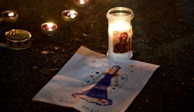 Συνταγμα σιωπηλή συγκέντρωση με κεριά για τους νεκρους απο τη πυρκαγιά στην Ανατολική Αττικη.  Τη συγκέντρωση οργανώνει ο μπασκετμπολιστας Γιάννης Γκαγκαλούδης. (EUROKINISSI/ ΤΑΤΙΑΝΑ ΜΠΟΛΑΡΗ)
