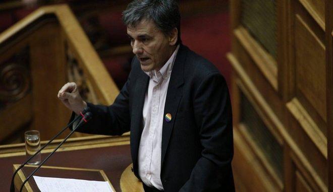Τσακαλώτος υπέρ των δικαιωμάτων των ομόφυλων ζευγαριών με κονκάρδα ουράνιο τόξο