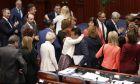 Βουλευτές συγχαίρουν τον Ζόραν Ζάεφ και τον Νικολά Ντιμιτρόφ μετά την ψήφιση της συμφωνίας στη Βουλή της πΓΔΜ
