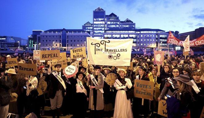 Ιρλανδία: Χιλιάδες διαδήλωσαν κατά της χαλάρωσης της νομοθεσίας για τις αμβλώσεις