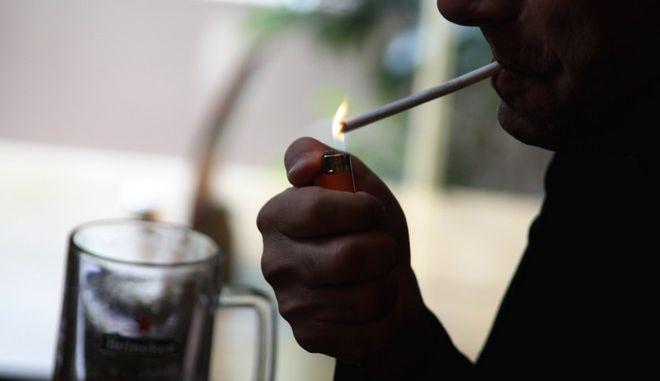 Άνδρας ανάβει τσιγάρο