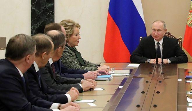 Ο Βλάντιμιρ Πούτιν με το συμβούλιό του