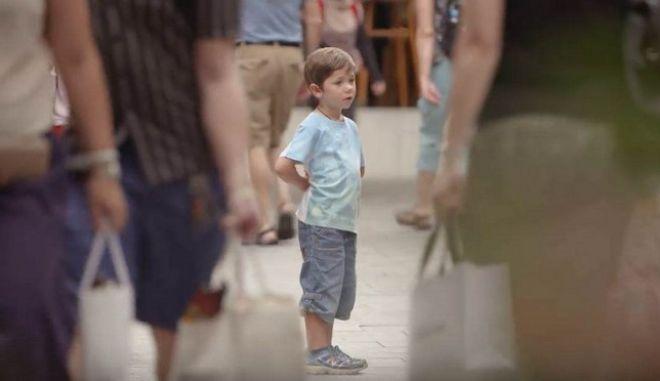 Κοινωνικό πείραμα: Εσύ τι θα έκανες αν έβλεπες ένα παιδί που έχει χαθεί