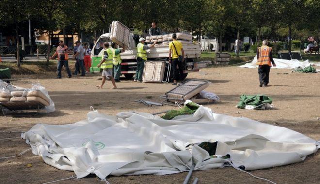 Συνεργεία στήνουν σκηνές μετά τον σεισμό.