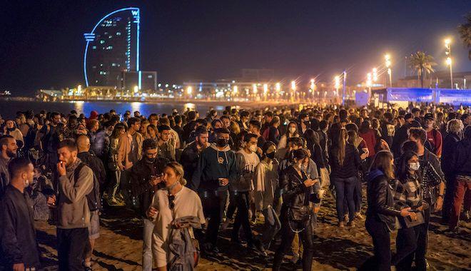 Πλήθος κόσμου διασκεδάζει στην Βαρκελώνη, 9 Μαΐου 2021