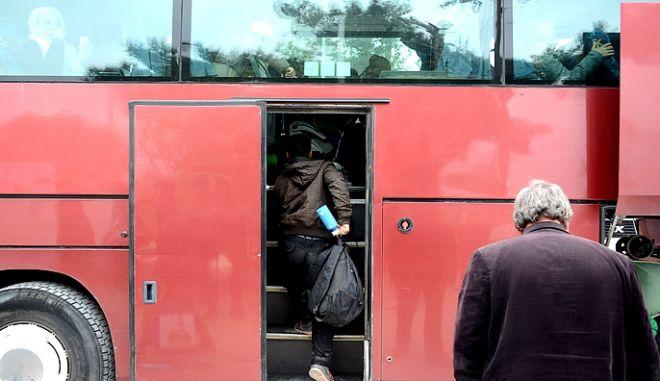 Πρόσφυγες αποχωρούν από τα Διαβατά