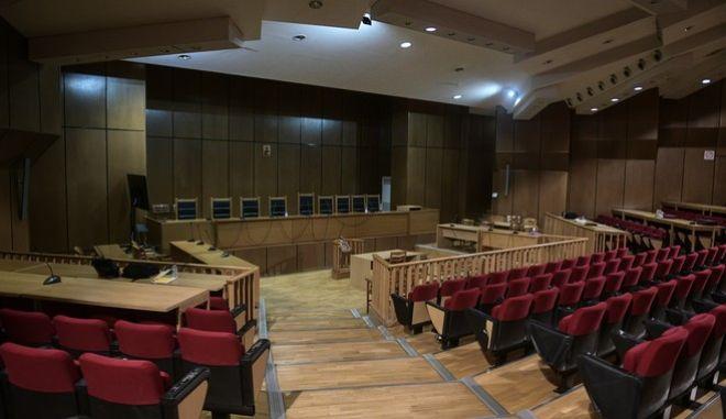 Στιγμιότυπο από την αίθουσα του Εφετείου της Αθήνας λίγη ώρα πριν την ανάγνωση της απόφασης για τη δράση της Χρυσής Αυγής