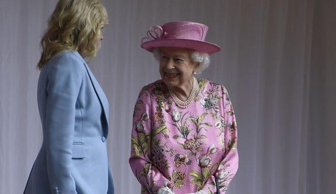 H Bασίλισσα Ελισάβετ, στις 13 Ιουνίου του 2021, μαζί με την Πρώτη Κυρία των ΗΠΑ, Τζιλ Μπάιντεν.