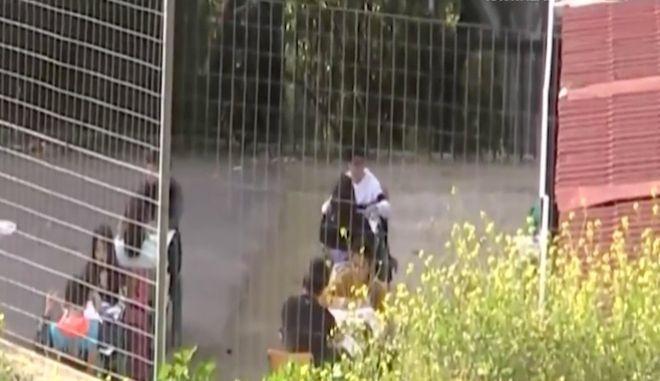 Ναύπλιο: Μαθητές έβγαλαν τα θρανία στην αυλή για να κάνουν μάθημα τηρώντας τις αποστάσεις