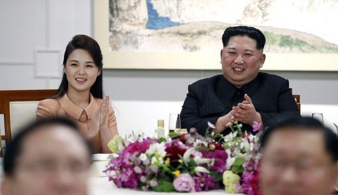 O Κιμ Γιονγκ Ουν με τη σύζυγό του