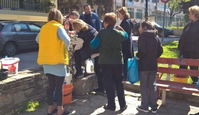 Το νερό...νεράκι στη Θεσσαλονίκη: Ουρές σε μία βρύση στην Τούμπα