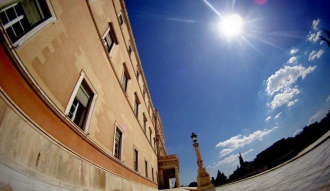 Ο ήλιος λάμπει στον ουρανό πάνω από το κτήριο της Βουλής την Δευτέρα 25 Μαΐου 2015.  (EUROKINISSI/ΓΙΩΡΓΟΣ ΚΟΝΤΑΡΙΝΗΣ)