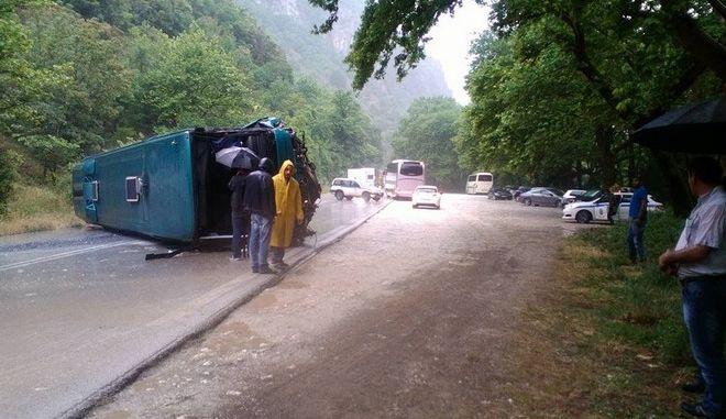 Λεωφορείο των ΚΤΕΛ ανετράπη στην Εθνική Οδό Αντιρίου-Ιωαννίνων