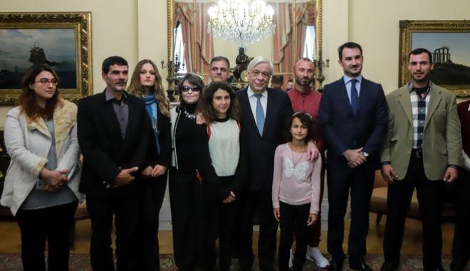 Συνάντηση του Προέδρου της Δημοκρατίας με τον Υπουργό Εσωτερικών κ. Αλέξανδρο Χαρίτση , την Ευρωβουλευτή κα Κωνσταντίνα Κούνεβα, και τους 3 αλλοδαπούς αλιείς που πολιτογραφήθηκαν τιμητικώς
