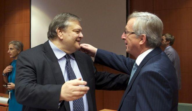 Ο Έλληνας Υπουργός Οικονομικών, Ευάγγελος Βενιζέλος, αριστερά, συνομιλεί με τον Πρωθυπουργό του Λουξεμβούργου και Πρόεδρο του Eurogroup, Ζαν-Κλοντ Γιούνκερ, δεξιά, στην συνεδρίαση των Υπουργών Οικονομικών της Ευρωζώνης (Eurogroup) στις Βρυξέλλες, Τρίτη 29 Νοεμβρίου 2011. (EUROKINISSI // ΣΥΜΒΟΥΛΙΟ ΤΗΣ ΕΥΡΩΠΑΪΚΗΣ ΕΝΩΣΗΣ) Ελεύθερη η χρήση για μη εμπορικούς σκοπούς. Να αναφέρεται ως πηγή το Συμβούλιο της Ευρωπαϊκής Ένωσης.