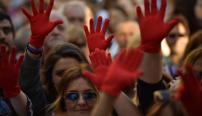 Μαζικές διαδηλώσεις στην Ισπανία και μια δημόσια συζήτηση για την σεξουαλική κακοποίηση και την κακομεταχείριση των γυναικών στη χώρα