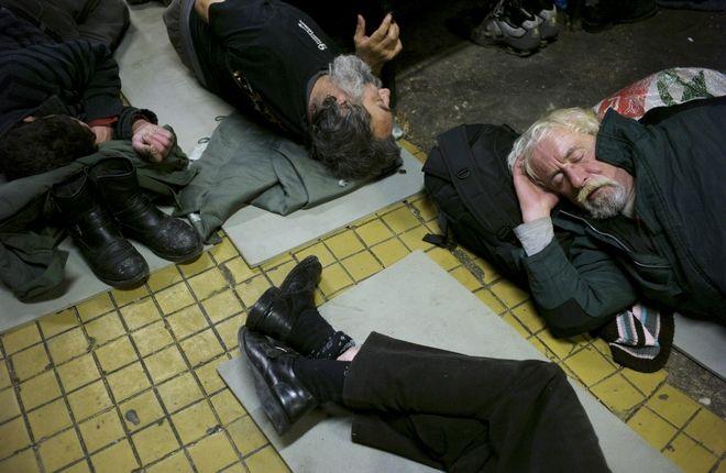 Άστεγοι αναγκάζονται να κοιμηθούν στο πάτωμα ξενώνα στη Βουδαπέστη