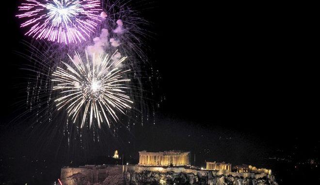 Πυροτεχνήματα πάνω από την Ακρόπολη στην έναρξη του 2018