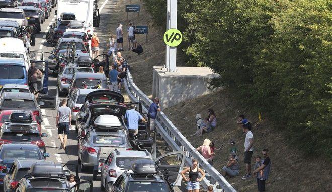 Ουρές αυτοκινήτων σχηματίστηκαν πριν τη σήραγγα της Μάγχης, με την πιο ζεστή μέρα του έτους, στη Μεγάλη Βρετανία να προκαλεί πολλά προβλήματα (Gareth Fuller/PA via AP)