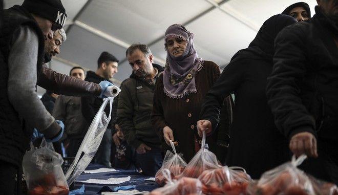Πολίτες ψωνίζουν από κρατικό παντοπωλείο σε χαμηλές τιμές στην Κωνσταντινούπολη