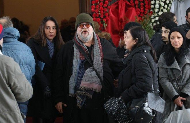 Ο Σταμάτης Κραουνάκης στην κηδεία του Θάνου Μικρούτσικου