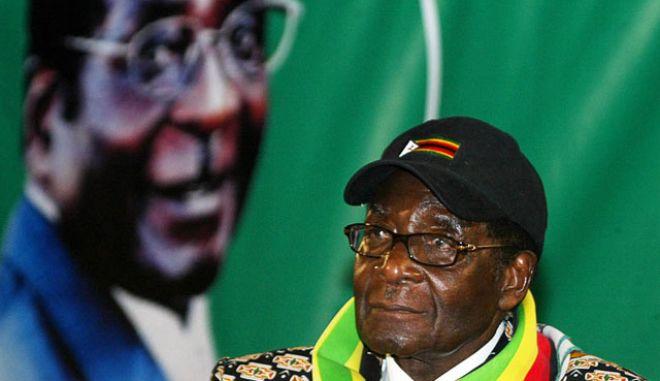 Δεν λέει να φύγει με τίποτα ο Μουγκάμπε