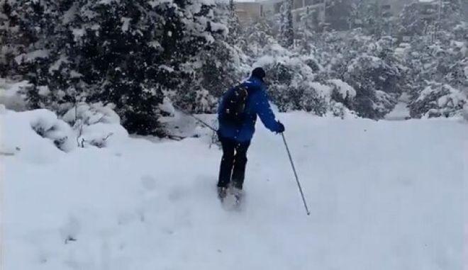 """Κακοκαιρία """"Μήδεια"""": Ο πρεσβευτής της Νορβηγίας στη χώρα μας έκανε σκι στη Φιλοθέη"""