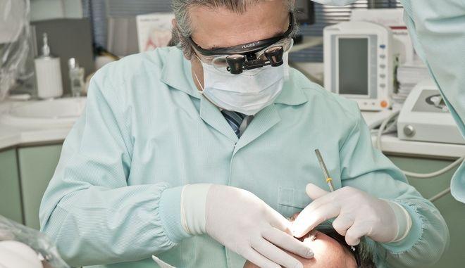 Μπάχαλο με τους οδοντιάτρους: Επανεξετάζεται το υποχρεωτικό rapid test για επίσκεψη