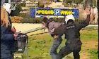 Αστυνομικοί χτυπούν, δίχως αιτία, πολίτη που βρίσκεται στην πλατεία της Νέας Σμύρνης