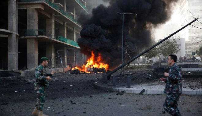 Lebanese army personnel run at the site of an explosion in Beirut's downtown area December 27, 2013. The explosion rocked the Lebanese capital on Friday, causing an unknown number of casualties. The blast was heard across the city and a plume of black smoke was seen rising in the downtown business district near the Phoenicia Hotel.  REUTERS/Steve Crisp (LEBANON - Tags: POLITICS CIVIL UNREST MILITARY) - RTX16UQI