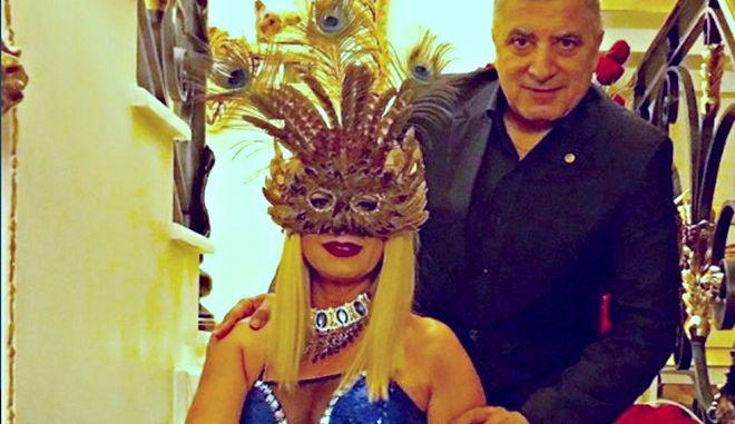 Η μάσκα - παγόνι της κυρίας Πατούλη που κατέκλυσε τα social media