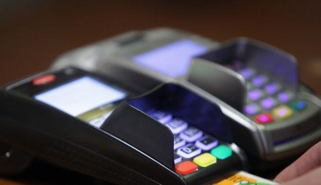 Βρώμικο πόλεμο κατά του πλαστικού χρήματος, καταγγέλλει το ΥΠΟΙΚ