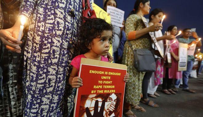 Εικόνα από διαμαρτυρία για τους βιασμούς γυναικών στην Ινδία