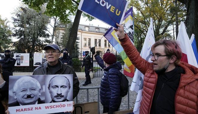 Πολωνοί συγκεντρώθηκαν έξω από το Συνταγματικό Δικαστήριο της χώρας