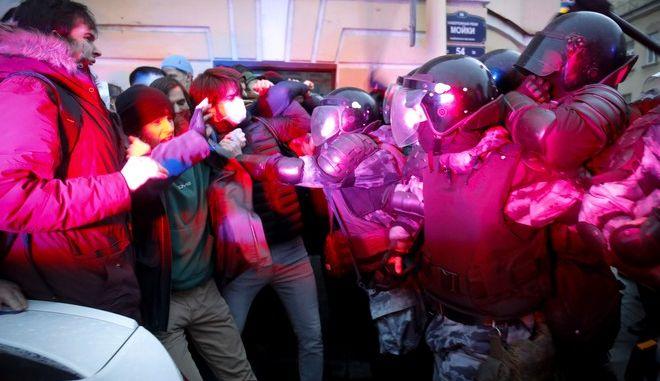 Σύγκρουση διαδηλωτών υπέρ του Ναβάλνι με την αστυνομία