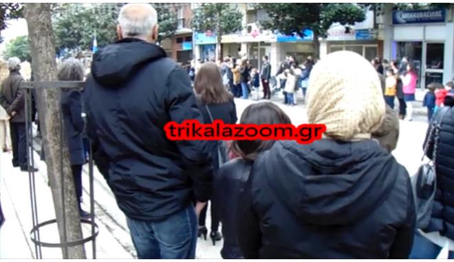 Τρίκαλα: Σύροι πρόσφυγες χειροκροτούν την Σ.Μ.Υ. στην παρέλαση