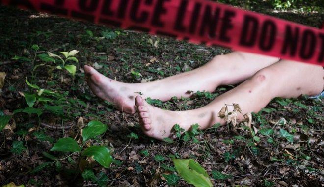 Πτώμα γυναίκα στον τόπο του εγκλήματος