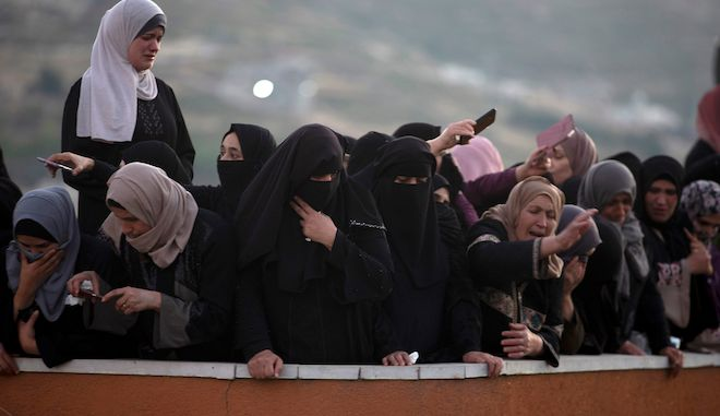 Παλεστίνιοι θρηνούν κατά την μεταφορά νεκρού στη Δυτική Όχθη, 14 Μαΐου 2021