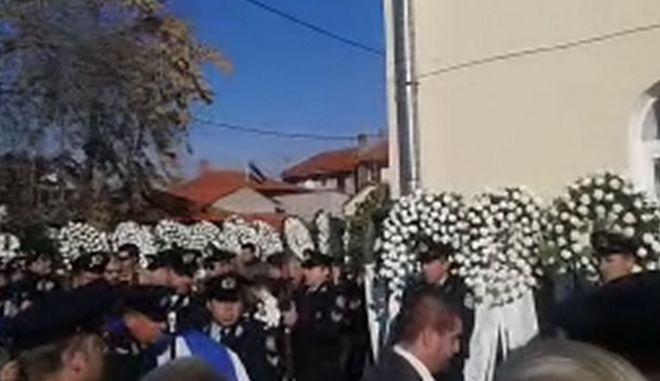 Σε κλίμα οδύνης η κηδεία του 43χρονου αστυνομικού
