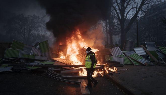 """Διαδηλωτής των """"κίτρινων γιλέκων"""" στο Παρίσι"""