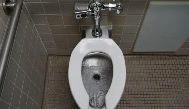 Εφόσον χρησιμοποιείτε δημόσια τουαλέτα καλό είναι να τρέχετε να απομακρυνθείτε, αφότου 'τραβήξετε' το καζανάκι.