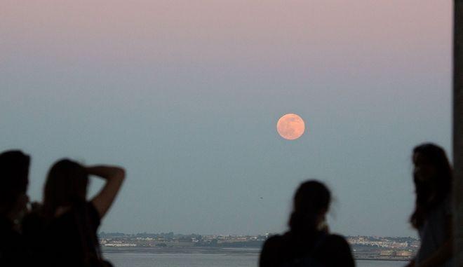 Παρέα κοριτσιών φωτογραφίζει την πανσέληνο του Ιουνίου (Strawberry Moon)