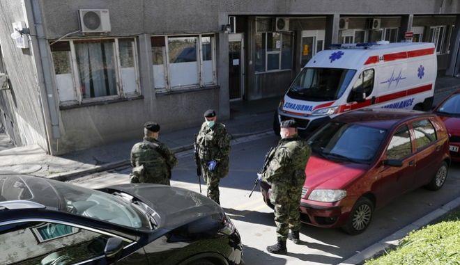 Στρατιωτικές δυνάμεις έξω από νοσοκομείο του Βελιγραδίου