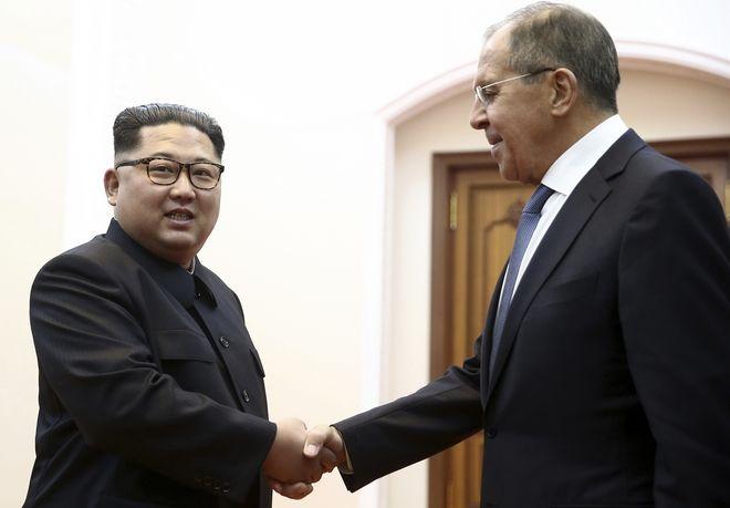 Χειραψία του Βορειοκορεάτη ηγέτη Κιμ Γιονγκ Ουν, με τον Ρώσο υπουργό Εξωτερικών, Σεργκέι Λαβρόφ κατά τη διάρκεια συνάντησης στην Πιονγιάνγκ, της Βόρειας Κορέας