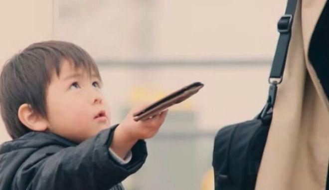 Κοινωνικό πείραμα: Ένα παιδί βρίσκει ένα πεσμένο πορτοφόλι. Τι θα κάνει;